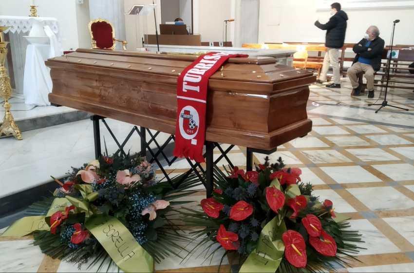 L'addio a Salvatore, il capostazione Eav morto in servizio: assenti le autorità cittadine