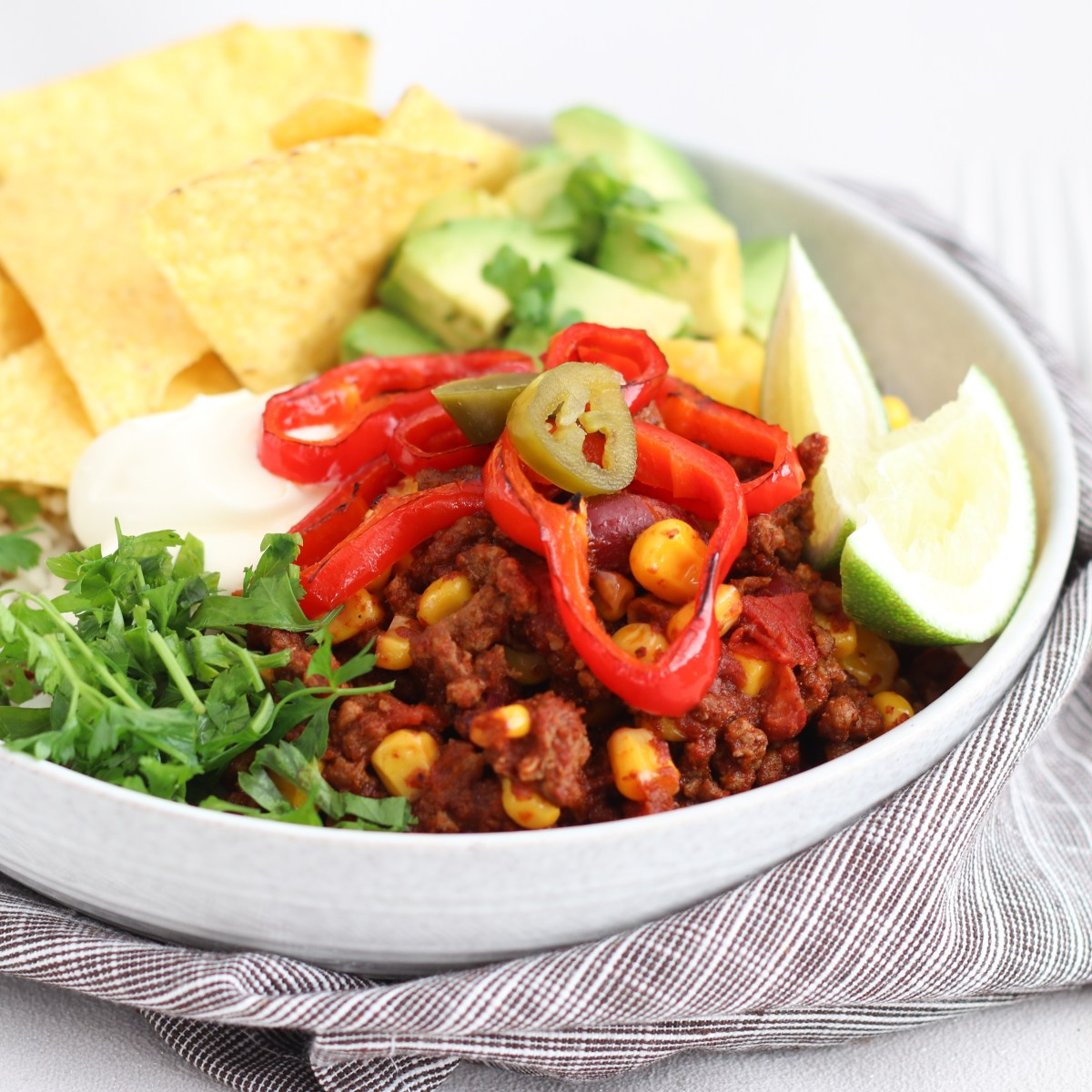 Chili con carne bowl met avocado en tortilla chips