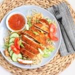 Krokante kip met noedels en zoete chilisaus
