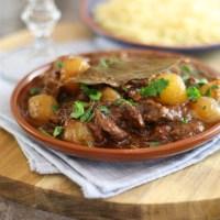 Griekse Stifado, stoofpotje met rundvlees en zilveruitjes