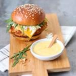 Krokante kipburger met honing-mosterdsaus