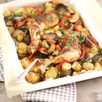 Geroosterde kip met groente en aardappeltjes uit de oven