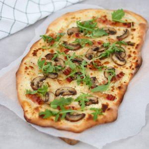 Flammkuchen met pancetta en champignons