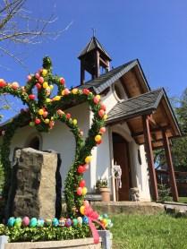 Die Kapelle mit Brunnen und Osterkrone