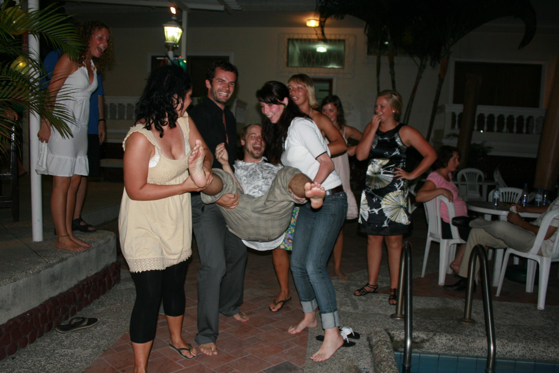 Ecuadoriansk skikk - bursdagsbarnet skal hives i vannet...