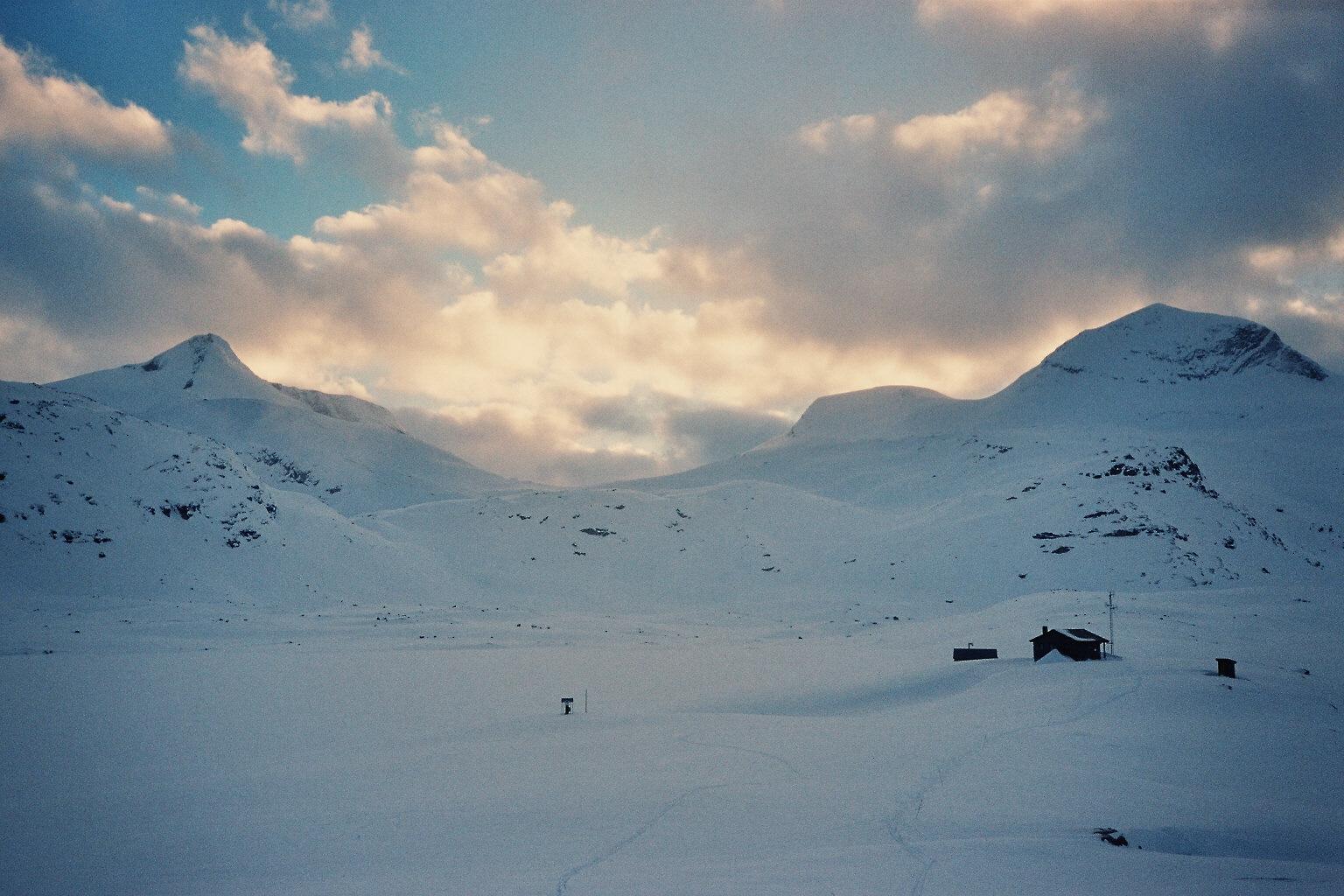 Utsikt med Veltdalshytta i forgrunnen og Torsnosi bak til venstre