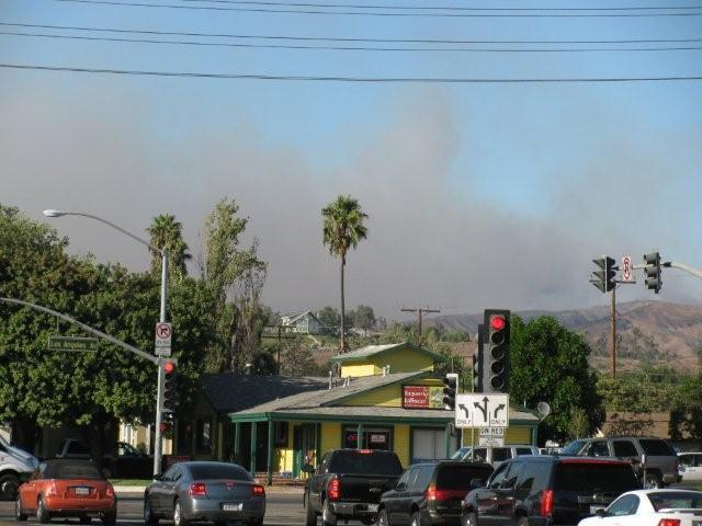 Au coin de Moorpark Avenue (ma rue) et Los Angeles Avenue (rue vers l'autoroute), la fumée souffle vers le nord ouest, vers Moorpark.