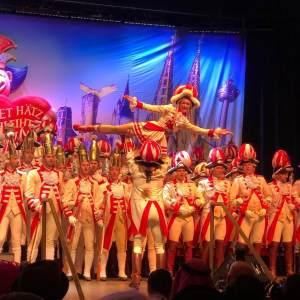 Auf dem Foto ist eine Karneval Aufführung zu sehen.