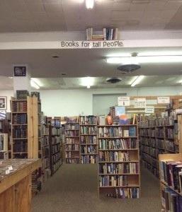 Boeken voor lange mensen. Bibliotheekhumor