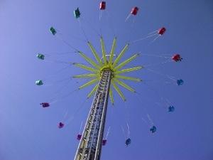 De zweefmolen op de kermis in Hilversum, zestig meter hoog, gezien vanaf de grond