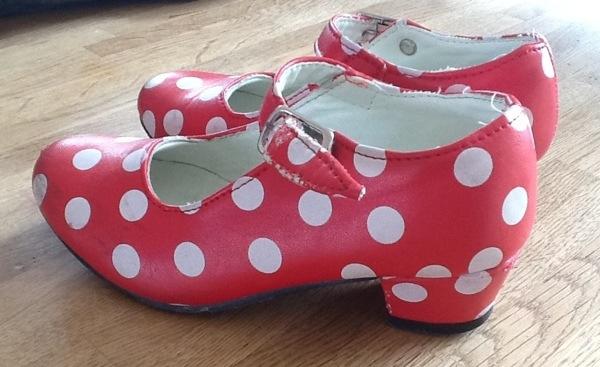 Rode schoenen met witte stippen