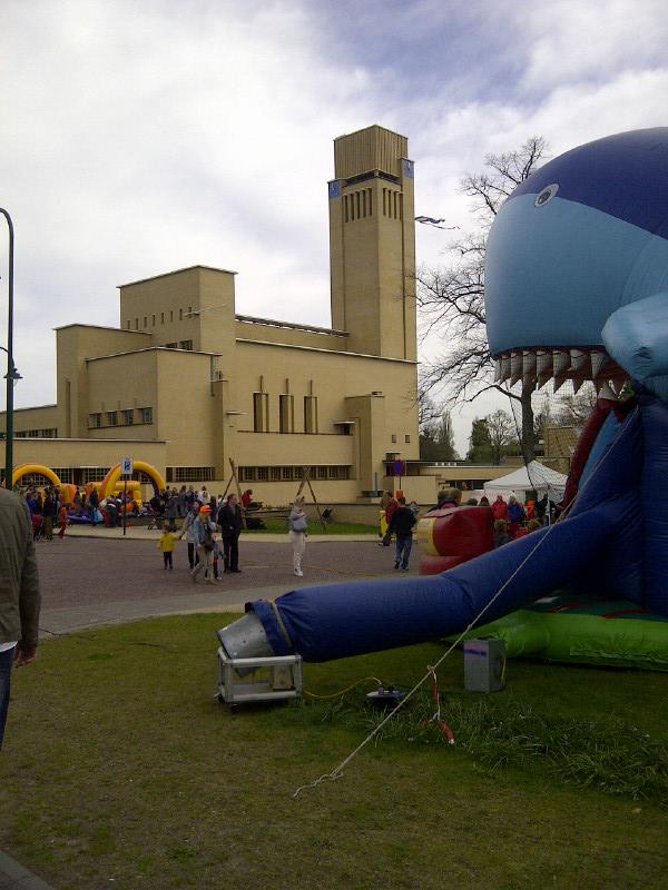 Het Dudokpark biedt veel activiteiten. Op de achtergrond het Raadhuis van Hilversum