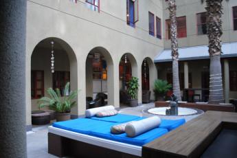 img32556-courtyard-at-hi-santa-monica-hostel