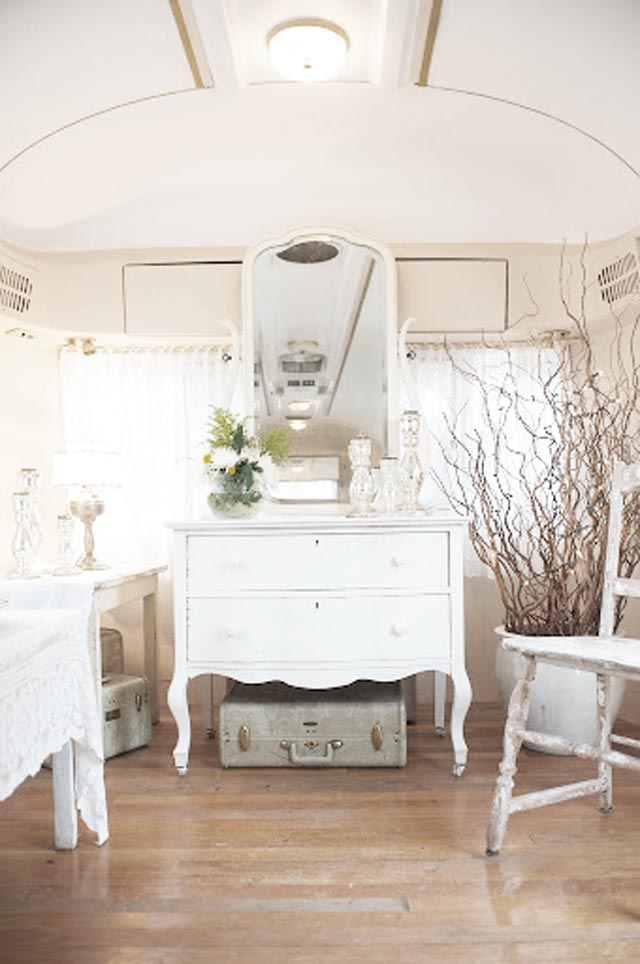 Would you believe that this pretty vanity space is in a camper? I found this on the junkiehttp://junkchiccottage.blogspot.com/2013/07/glampers.html