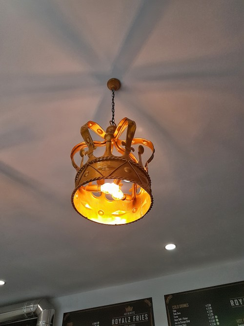 Een Kroon lamp bij de luxe snackbar Royalz Fries