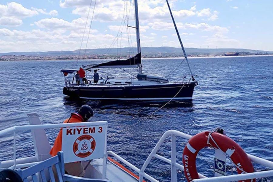 Çanakkale'de Yakıtı Biten ve Sürüklenen Yelkenlideki 2 Kişi Kurtarıldı