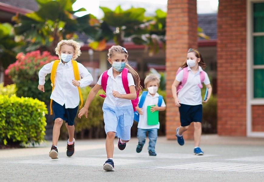 Χρήση μάσκας στο σχολείο. Όσο δύσκολο και να φαίνεται, έχει να κάνει με τη σωστή καθοδήγηση και πρακτική. Μην ξεχνάμε πως τα παιδιά προσαρμόζονται πολύ πιο εύκολα σε νέες συνθήκες σε σχέση με τους μεγάλους. Αν τους εξηγήσετε την αναγκαιότητα και αν κάνετε να μοιάζει και με παιχνίδι η τήρηση των κανόνων υγιεινής, τα πράγματα θα είναι πιο εύκολα. Αν γνωρίζουν γιατί δεν πρέπει να την πιάνουν, να μην βάζουν τα χεράκια στο πρόσωπο ή το δακτυλάκι στη μυτούλα για παράδειγμα, θα προσπαθήσουν να υπακούσουν, τις περισσότερες φορές τουλάχιστον… και εννοείται πως θα υπάρξουν και εκείνες οι φορές που θα …τους ξεφύγει και δεν θα κάνουν σωστή χρήση...