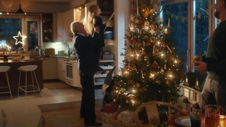 χριστούγεννα διαφήμιση, συγκίνηση, ηλικιωμένος παππούς, εγγονή, αστέρι χριστουγεννιάτικο δέντρο, υγεία, κορωνοιός,