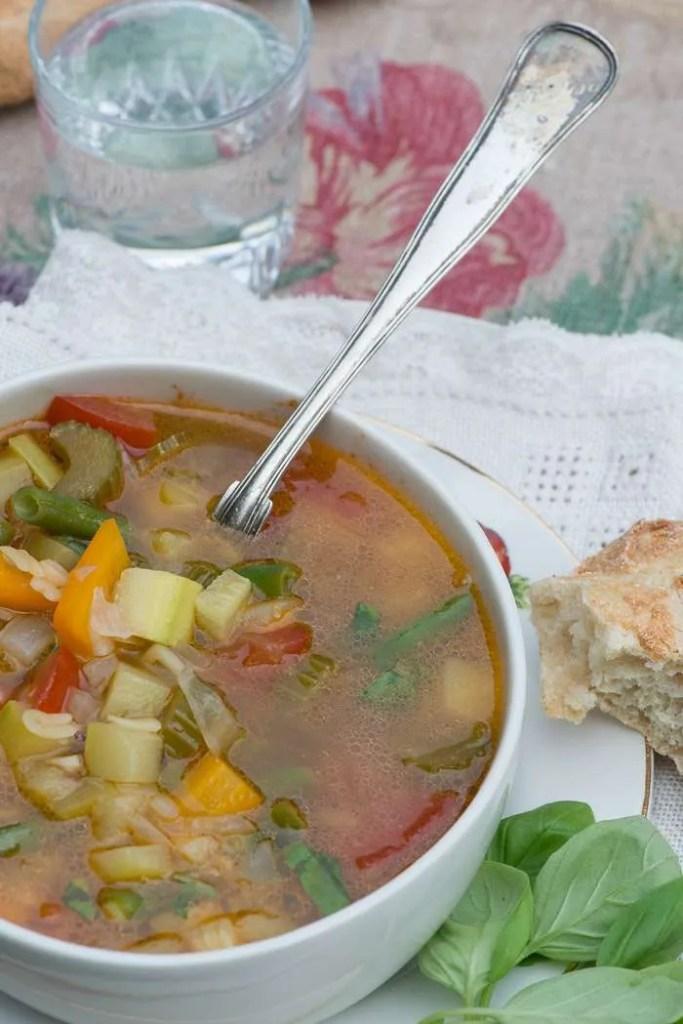 Opskrift på sensommer minestrone med friske tomater