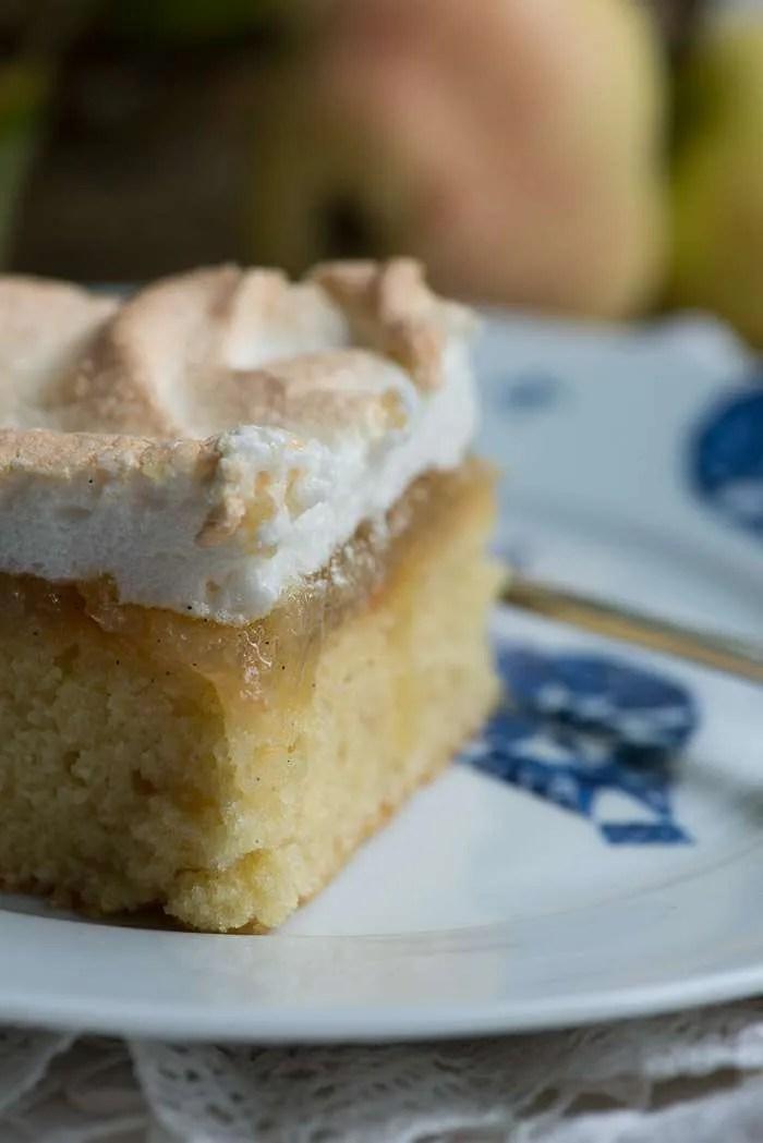 Dejlig bedstefars æble skæg kage med ekstra luftig kagebund, æblemos og knasende marengs. Nem kage opskrift fra Marinas Mad.