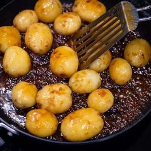 Kartoflerne tilsættes til karamelmassen