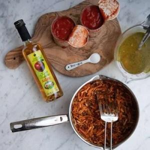 De sidste ingredienser tilsættes til lasagnesuppen