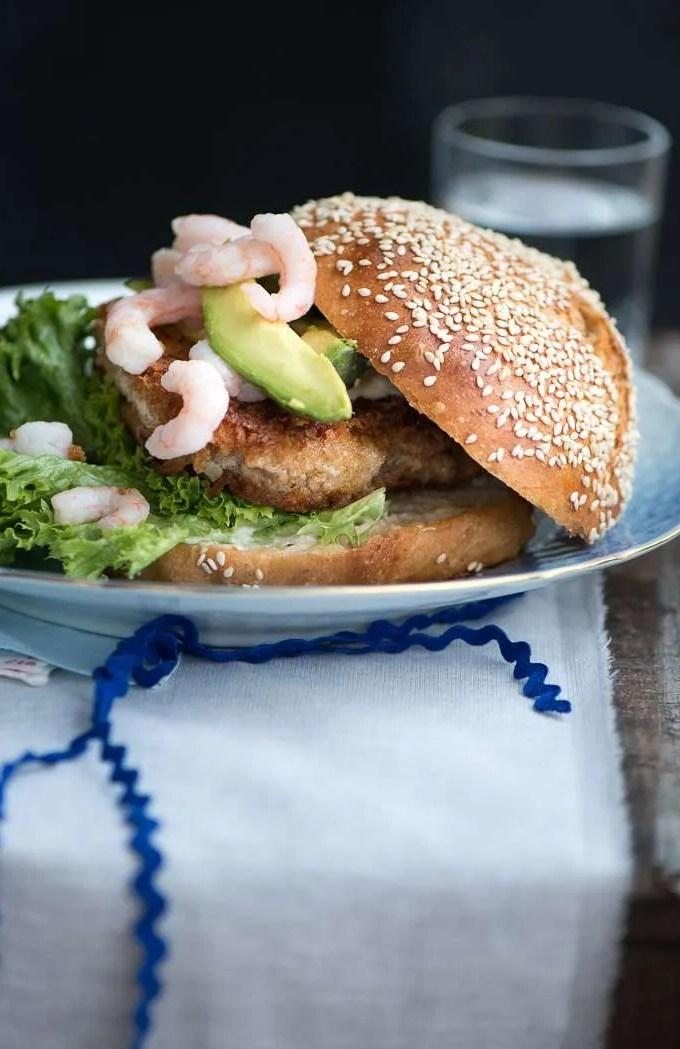 Fiskeburger med torsk, avocado og rejer