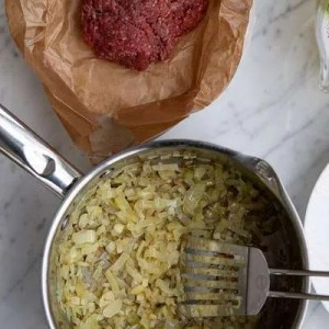 Her kan man se de stegte løg til lasagnesuppen