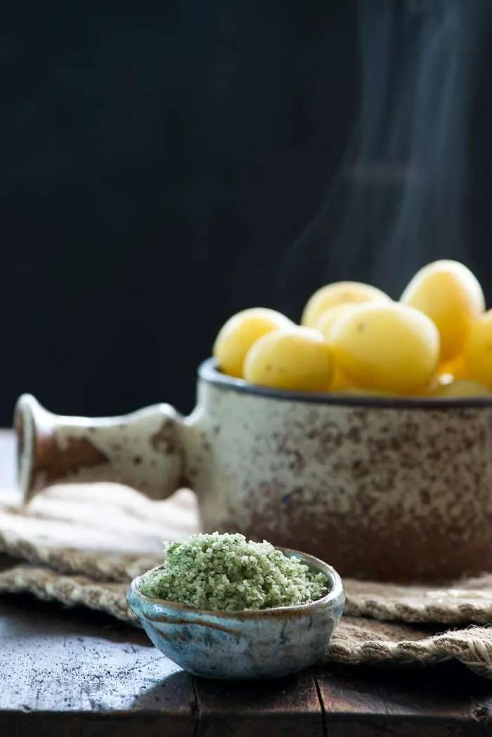 Nye kartofler kogt med løvstikke