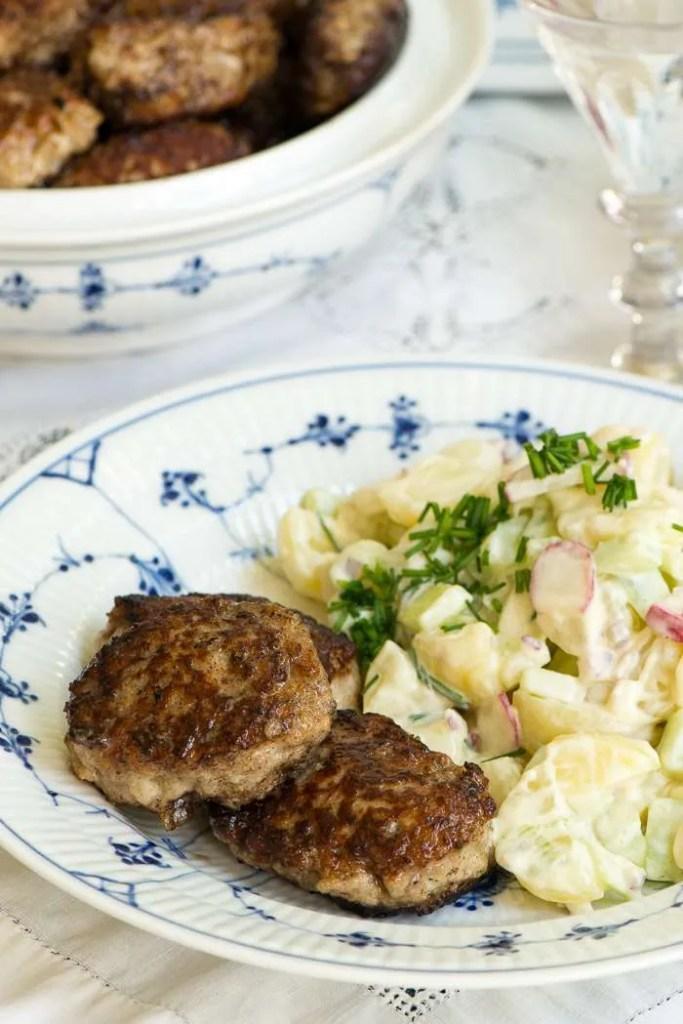 Gammeldags kartoffelsalat og frikadeller. Serveret på musselmalet porcelæn fordi det er klassisk dansk mormor mad