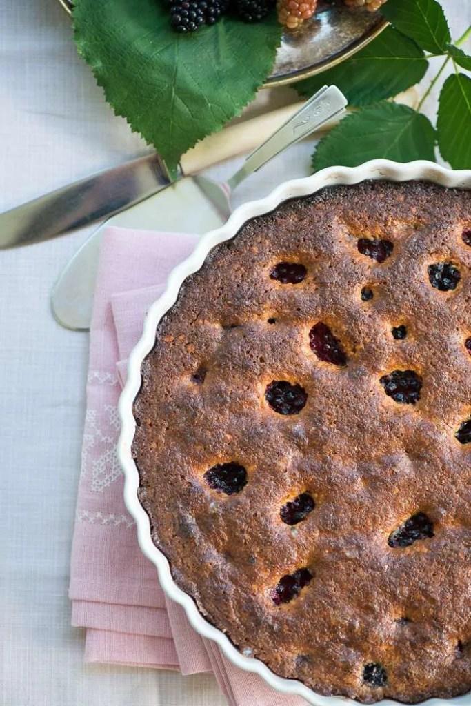 Opskrift på kage med brombær og marcipan