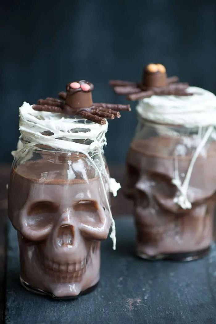 Halloween hygge med varm kakao og chokoladeedderkop