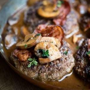 Opskrift på hakkebøf med bacon og svampesovs