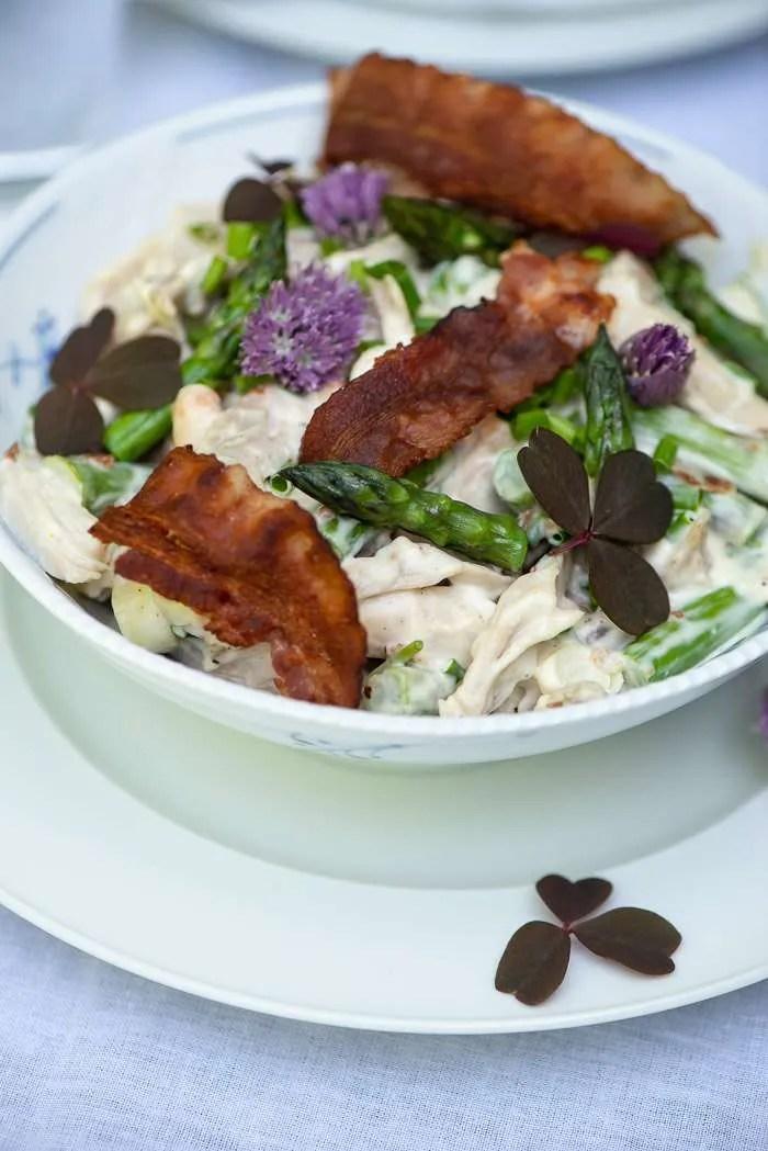Opskrift på hønsekødssalat med friske asparges og bacon