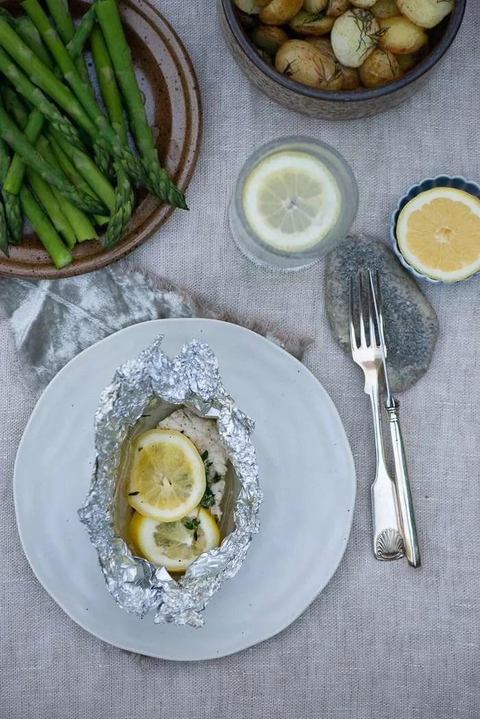 Sommer middag med fisk, dildkartofler og asparges