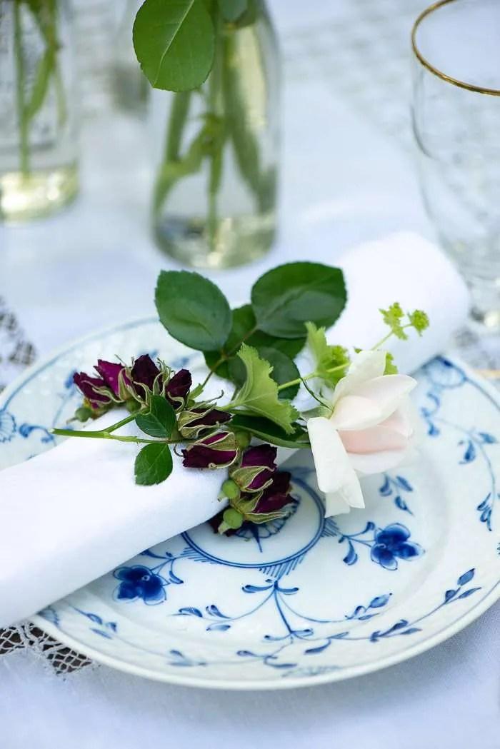 Kranse af rosenknopper er nemme og billige at lave, men så fine både som bordpynt og som pynt på gaver. Nem sommer DIY fra Marinas Mad