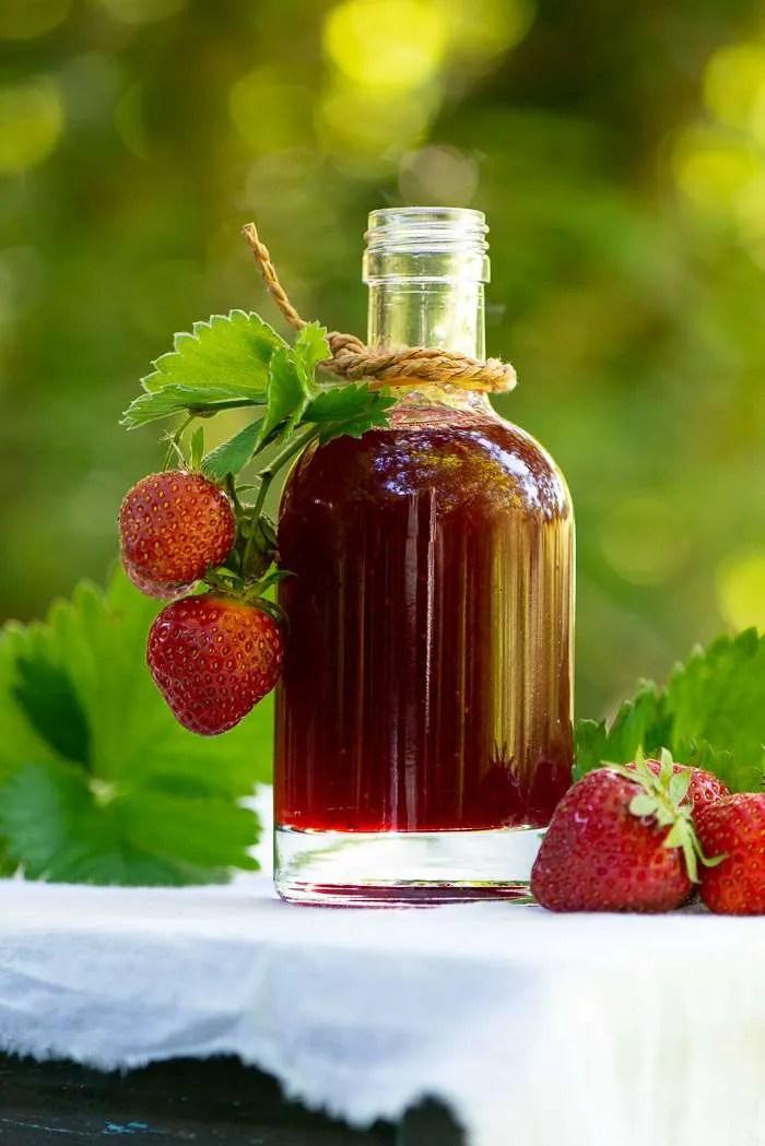 Hjemmelavet jordbærsirup er nemt at lave og smager vidunderligt. Brug den til is, morgenmad og desserter, nyd den til pandekager og vafler og giv måske en flaske væk som en hyggelig værtindegave. Jordbær opskrift fra Marinas Mad