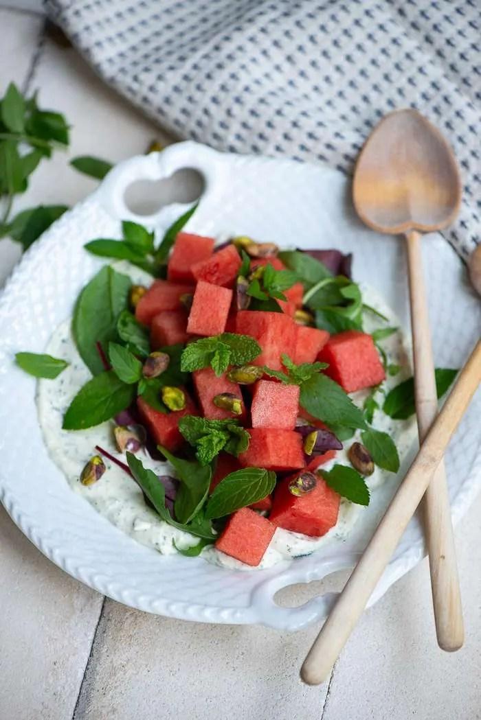 Sommer salat med vandmelon, fetacreme og mynte. En nem og smuk salat til sommerfesten eller grill hyggen. Salat opskrift fra Marinas Mad