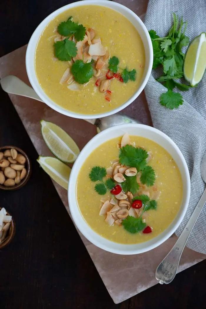 Lækkert cremet majssuppe lavet på solmodne majs og tilsat kokosmælk og chili. En rigtig hygge suppe til det tidlige efterår og perfekt som hverdagsmad, fordi den er nem at lave og kan stå på bordet på en halv times tid. Nem suppe opskrift fra Marinas Mad