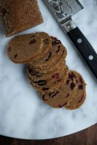 Nemme lakrids småkager skæres af dejpølse