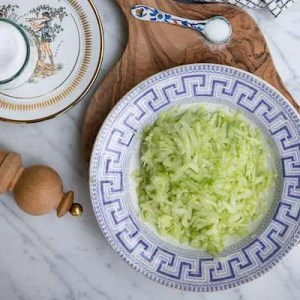Her er agurken revet groft ned i en græsk tallerken