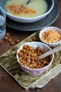 Dukkah kan anvendes til suppeknas.