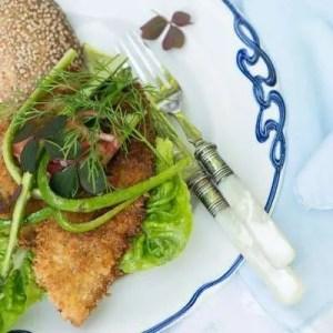Opskrift på fiskeburger med urtecream og sprød fisk