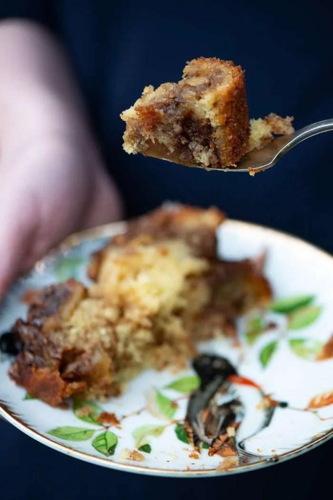 Opskrift på nem og lækker æblekage med æblestykker og kanel