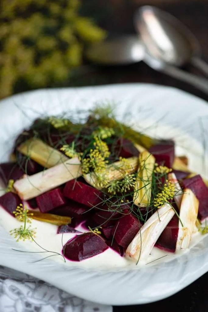 Salat med bagte rødbede, limecream og bagte forårsløg