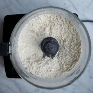 Smør hakket ind i mel til småkagedej