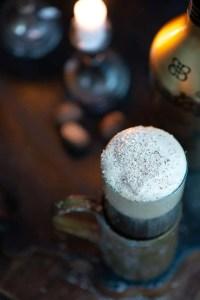 Muskatnød og Baileys til Irish Coffee