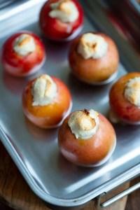 Marcipanbagte æbler lige ud af ovnen