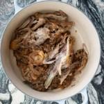 Bræk kyllingeskrog i mindre stykker