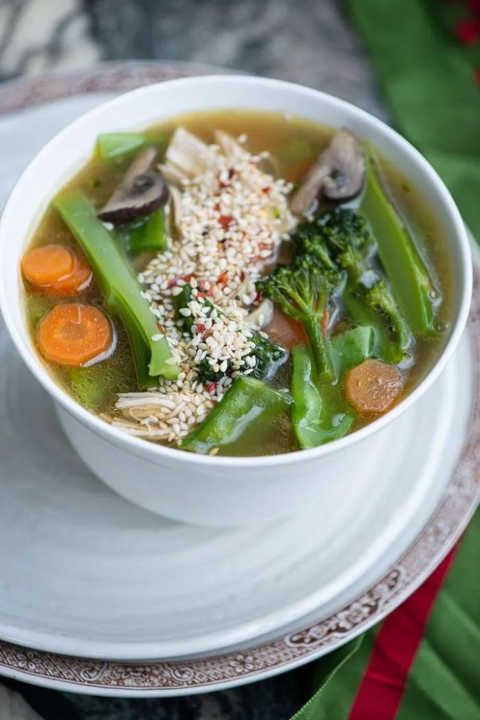 Nudelsuppe med grøntsager og kylling